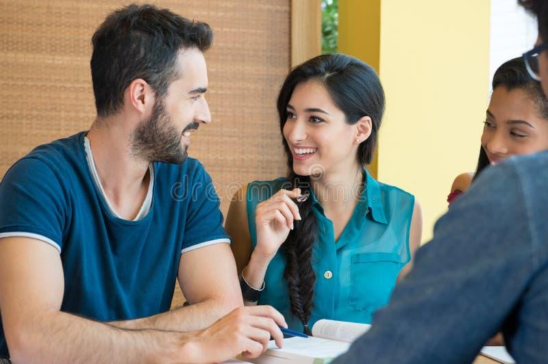 Studenter som tillsammans diskuterar royaltyfri bild