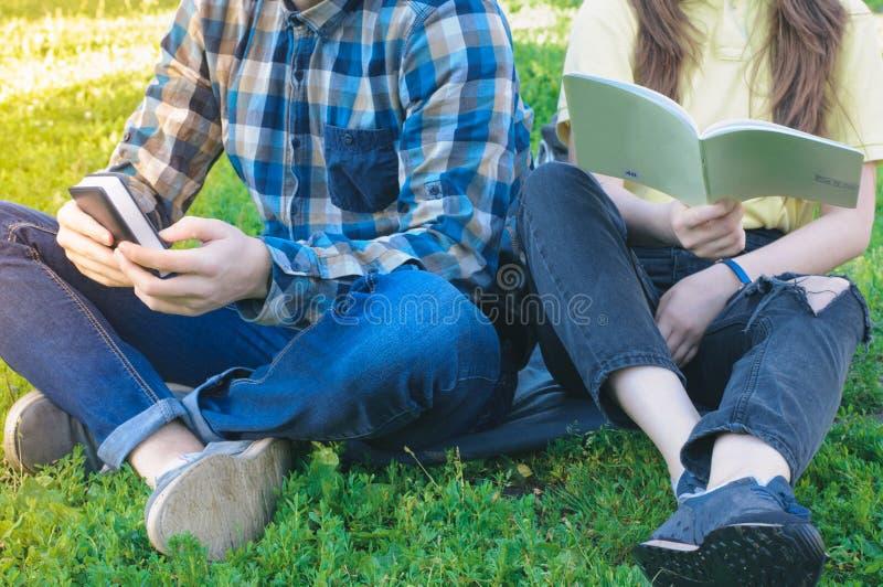 Studenter som utomhus lär Högskolaklasskompisar som rymmer böcker royaltyfria bilder