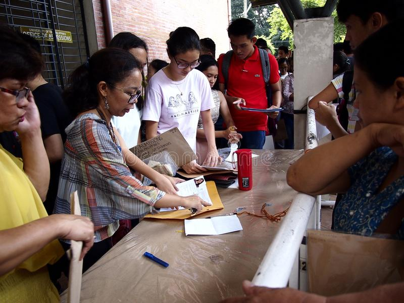 Studenter ställer upp för att sända deras ansökningsblankett för högskolainträdesprovet som kallas UPCAT av delstatsuniversitetet royaltyfri fotografi