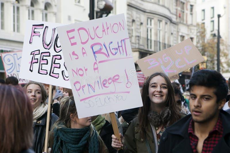 Studenter tar delen i en protestmarsch mot avgifter arkivfoto