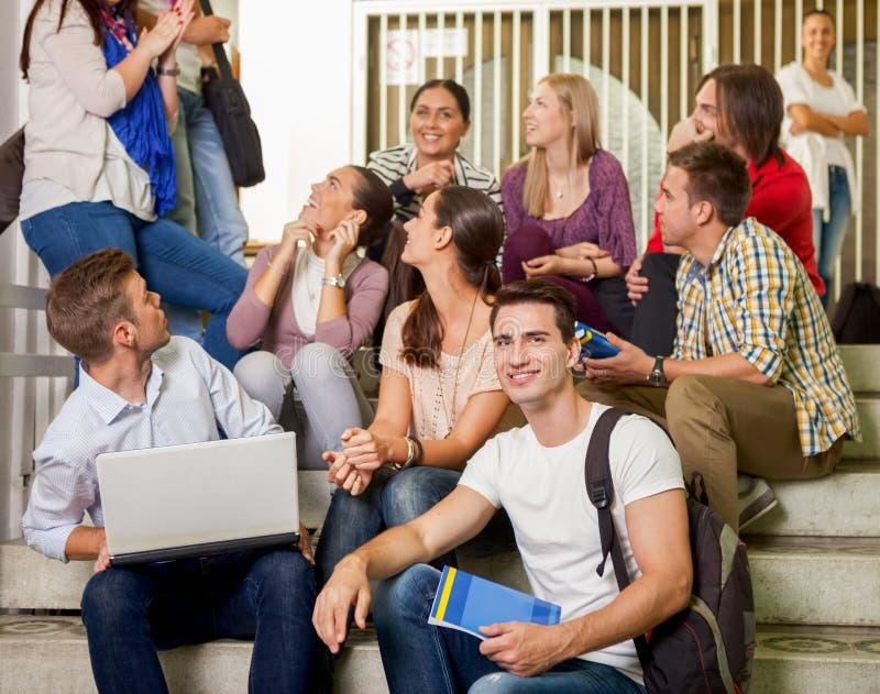 Studenter tillsammans på avbrott royaltyfria foton