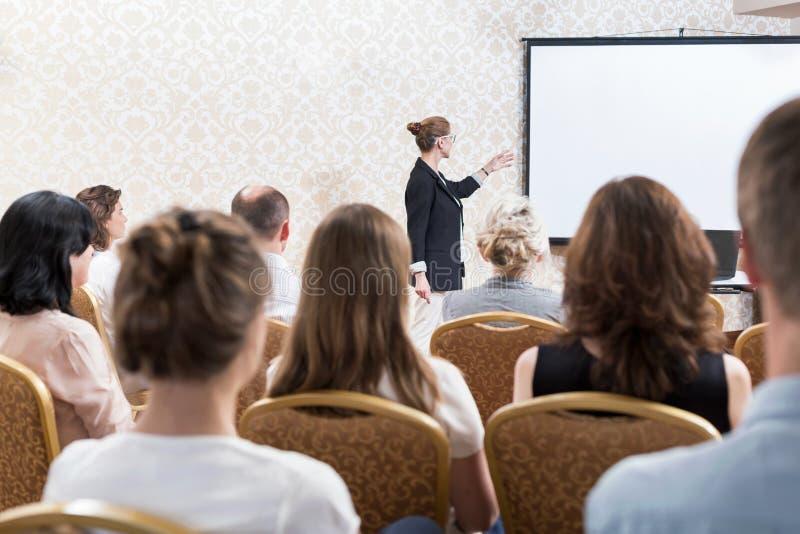 Studenter under föreläsning royaltyfria bilder