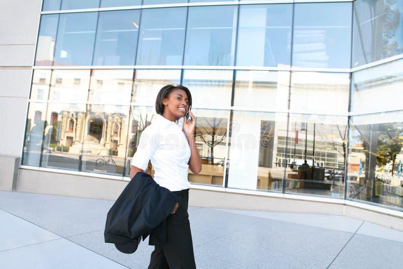Studentessa africana alla libreria fotografie stock