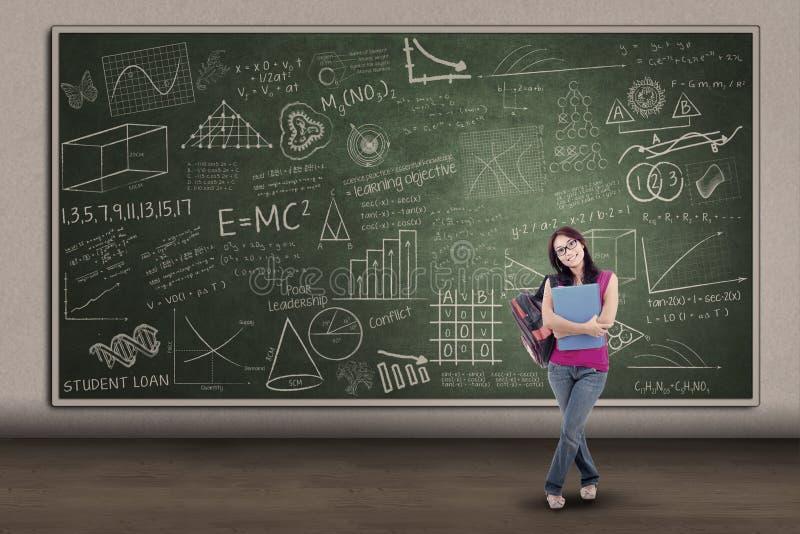 Studentessa asiatica che sta al bordo scritto illustrazione vettoriale