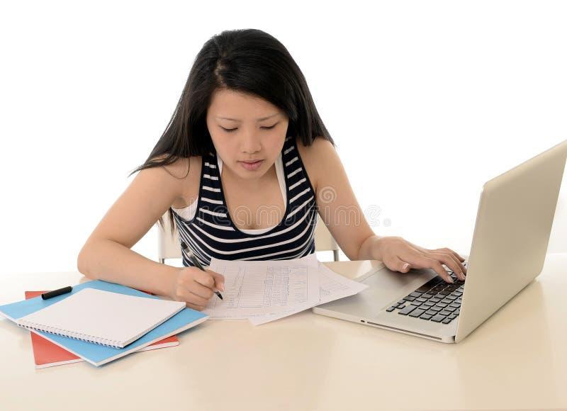 Studentessa asiatica per esame con il computer fotografia stock