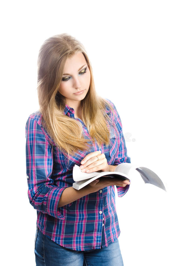 Studentessa che legge un libro su un fondo bianco immagini stock