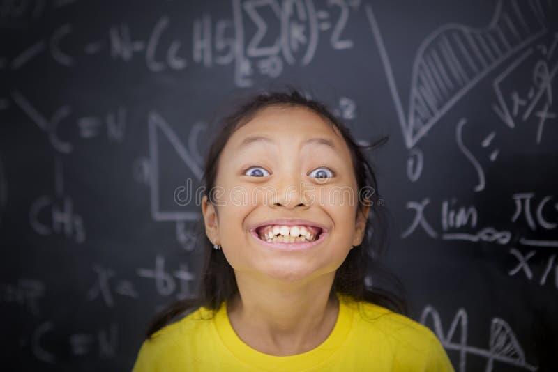 Studentessa che sorride nell'aula immagini stock