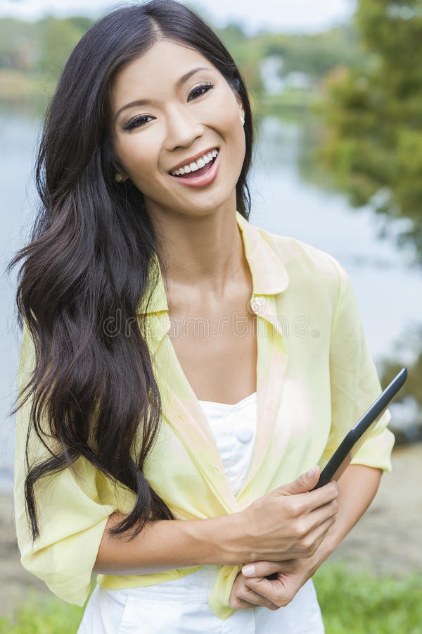 Studentessa cinese asiatica con il computer della compressa fotografia stock libera da diritti