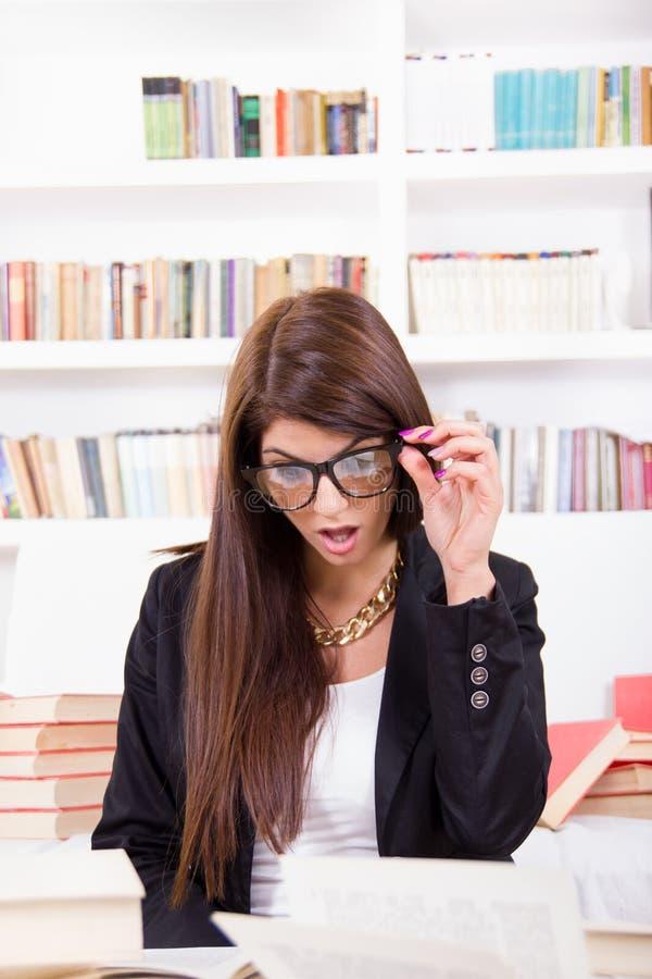 Studentessa confusa con i vetri fotografia stock libera da diritti