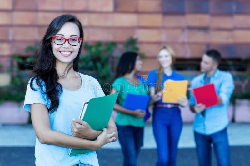 Studentessa francese nerd con il gruppo di studenti immagine stock