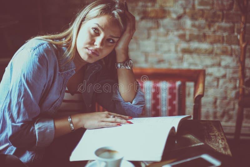 Studentessa il suo stanco di apprendimento immagini stock libere da diritti