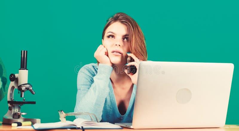 Studentessa moderna Concetto di istruzione Vita studentesca Amico chiamante Classi remote online Acquista online Farla fotografia stock
