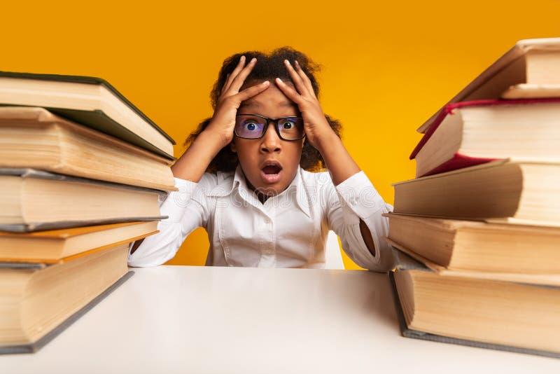 Studentessa Scoppiata A Urlare Tra I Libri In Studio immagini stock