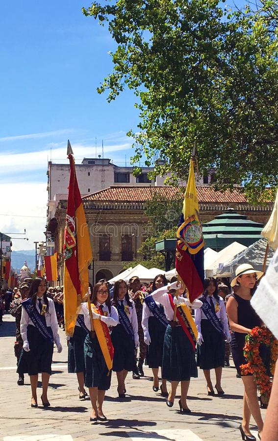 Studentesse che marciano con le bandiere in una parata a Cuenca, Ecuador fotografia stock