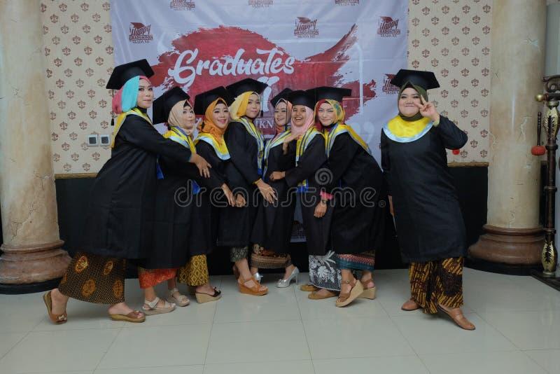 studentesse divertendosi nella loro graduazione immagine stock libera da diritti