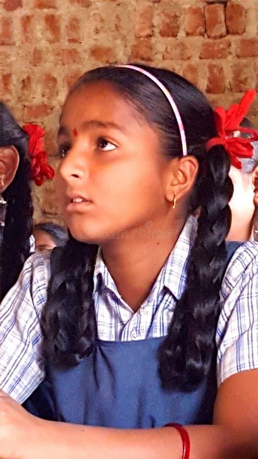 Studentesse tribali in una scuola in India immagini stock
