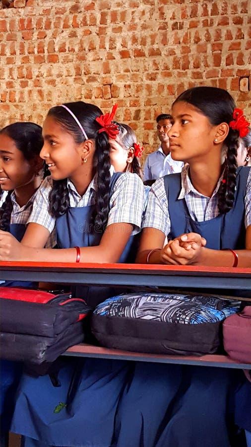 Studentesse tribali in una scuola in India fotografie stock libere da diritti