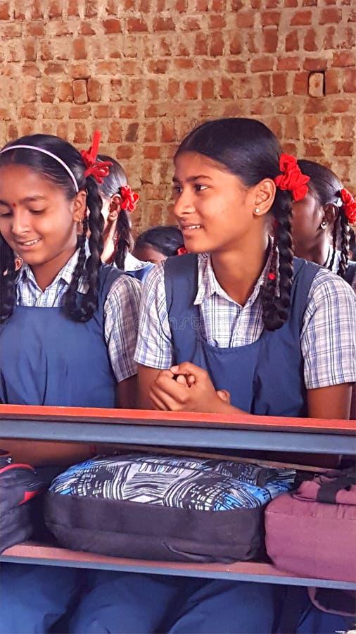 Studentesse tribali in una scuola in India immagine stock