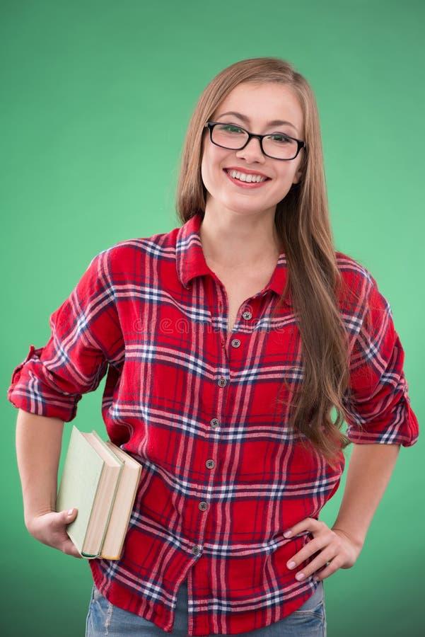 Studentflicka på grön bakgrund royaltyfri fotografi