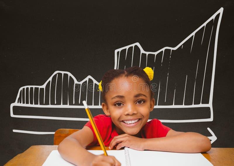Studentflicka på tabellen mot den gråa svart tavla med skolan och utbildningsdiagrammet royaltyfri foto