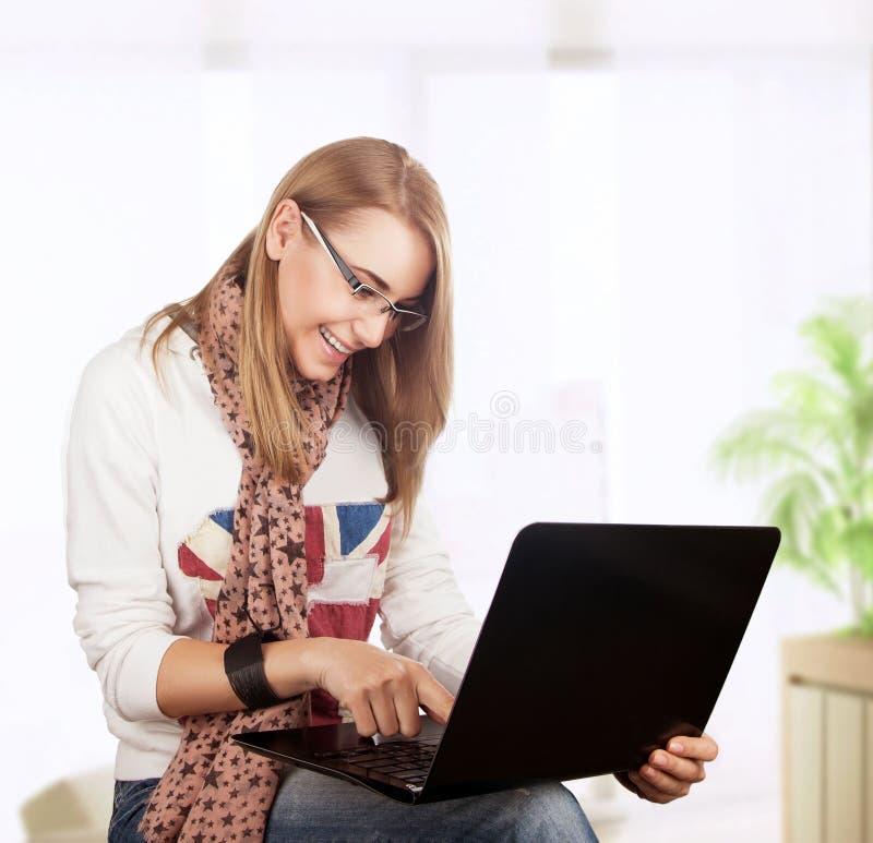 Studentflicka som hemma arbetar royaltyfri fotografi