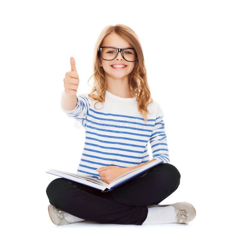Studentflickastudera och läsebok fotografering för bildbyråer
