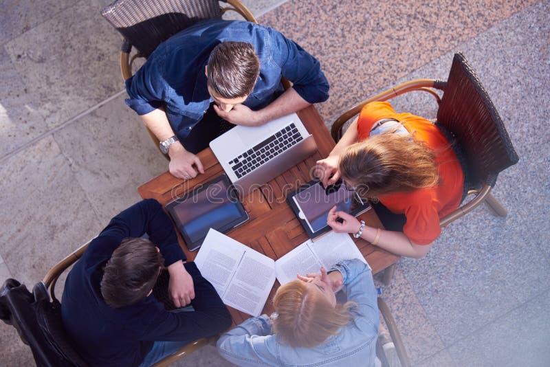 Studentgrupp som tillsammans arbetar på skolaprojekt royaltyfria foton