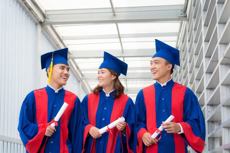 Studenti in abiti di graduazione immagine stock libera da diritti