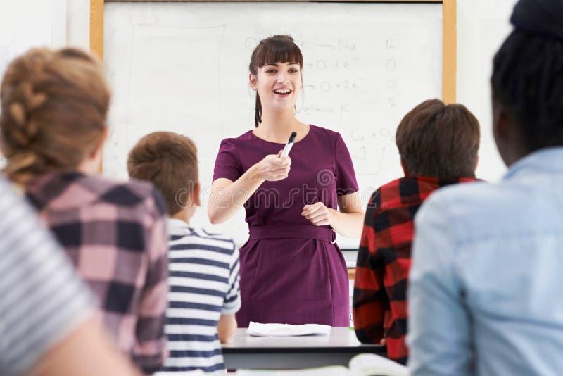 Studenti adolescenti di With Class Of dell'insegnante entusiasta fotografie stock libere da diritti