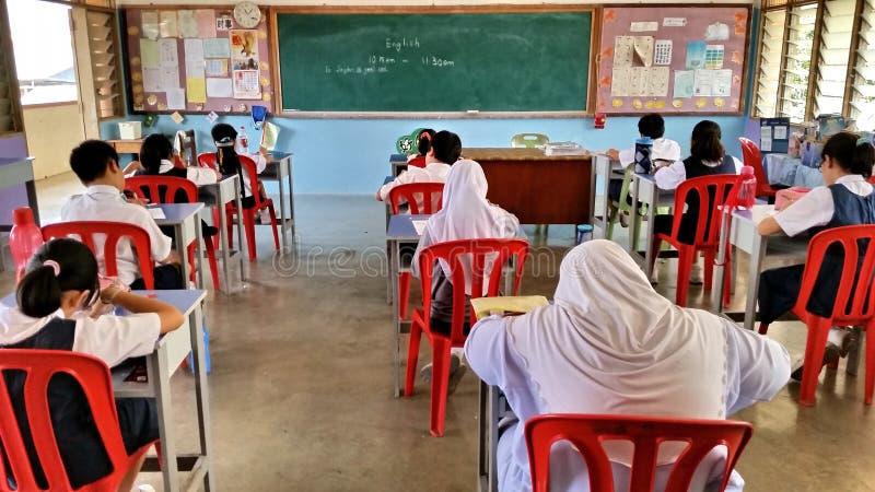 Studenti che hanno esame in Malesia immagine stock