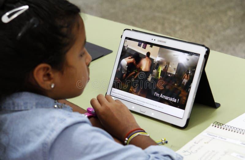Studenti che imparano i pericoli ed i buoni usi di Internet e delle reti sociali immagini stock