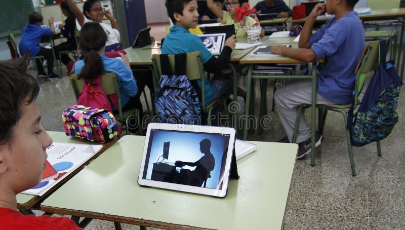 Studenti che imparano i pericoli ed i buoni usi di Internet e delle reti sociali fotografia stock