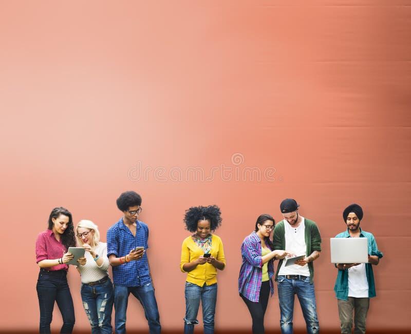Studenti che imparano tecnologia di mezzi d'informazione sociale di istruzione fotografie stock