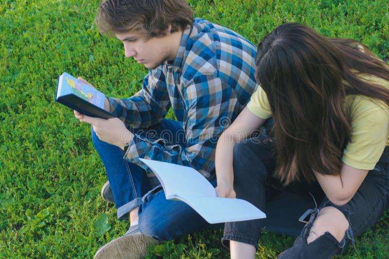 Studenti che leggono le note per passare un esame Tempo di studiare immagine stock