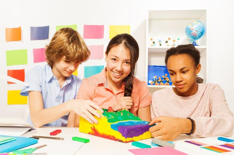 Studenti che modellano orografia con plasticine fotografia stock