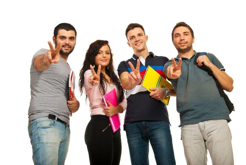 Studenti che mostrano le mani di vittoria fotografia stock libera da diritti