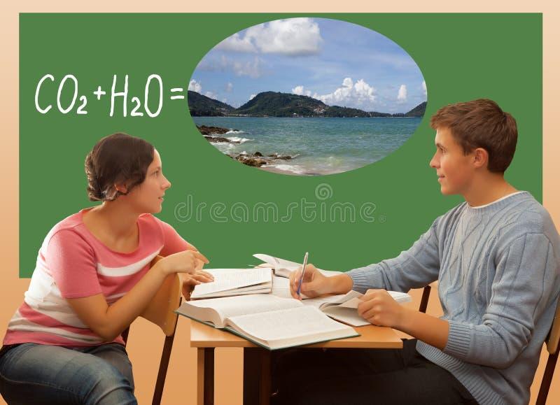 Studenti che preparano per l'esame ed il sogno del mare immagine stock