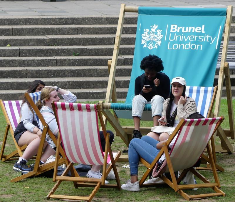 Studenti che si rilassano sugli sdrai all'università Londra di Brunel fotografia stock libera da diritti