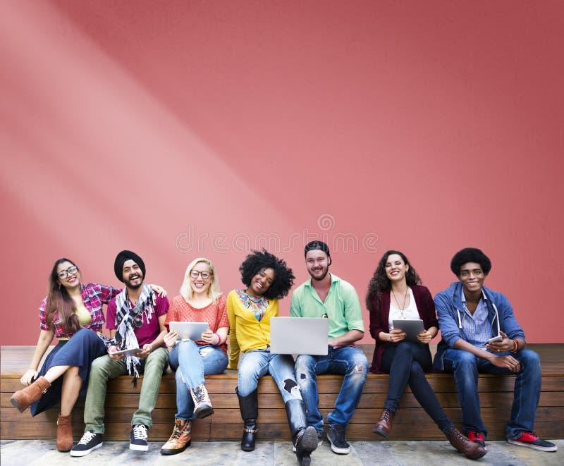 Studenti che si siedono imparando media sociali allegri di istruzione fotografie stock libere da diritti