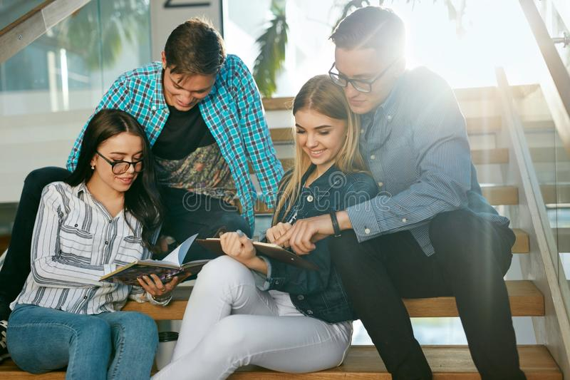 Studenti che studiano, leggendo informazioni educative in istituto universitario fotografie stock libere da diritti
