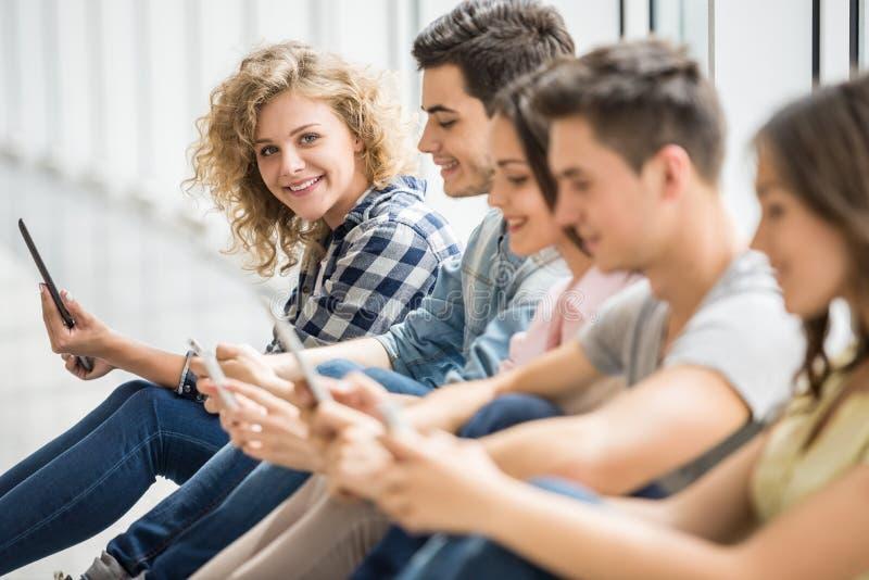 Studenti con gli aggeggi fotografie stock libere da diritti