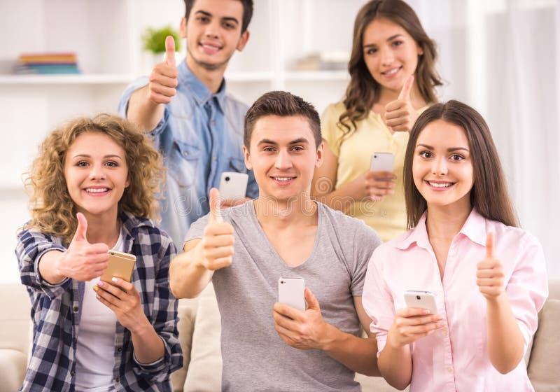 Studenti con gli aggeggi fotografia stock libera da diritti