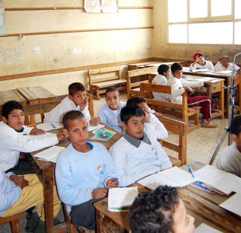 Studenti dei ragazzi nella classe durante la lezione immagini stock libere da diritti