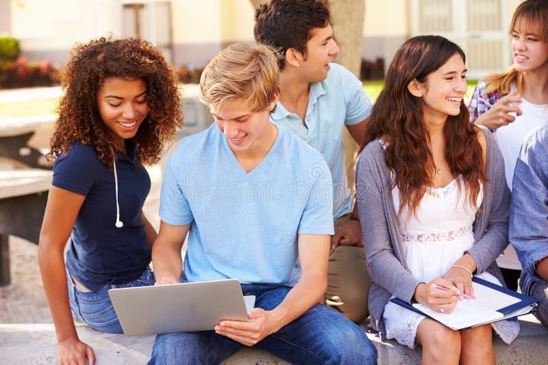 Studenti della High School che collaborano sul progetto sulla città universitaria immagine stock libera da diritti