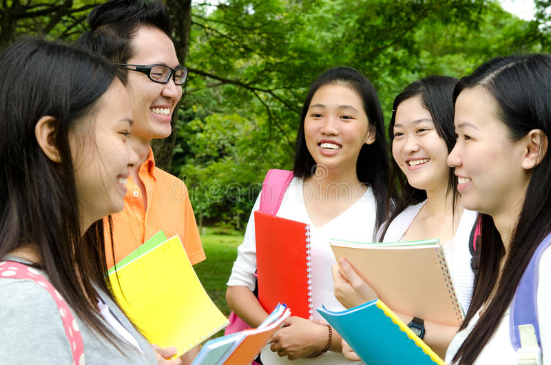 Studenti di college asiatici fotografia stock libera da diritti