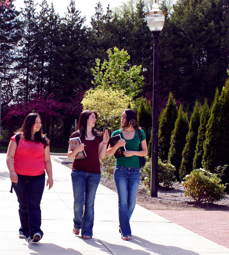Studenti di college che camminano per classificare immagini stock