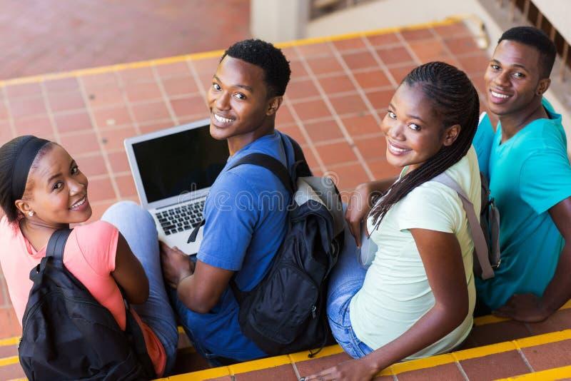 studenti di college che guardano indietro fotografia stock libera da diritti
