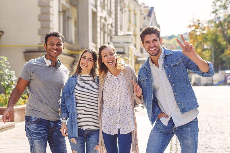 Studenti di college che vanno in giro sulla città universitaria fotografia stock libera da diritti