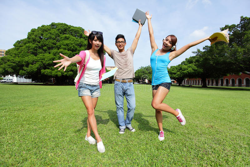 Studenti di college felici spensierati immagine stock