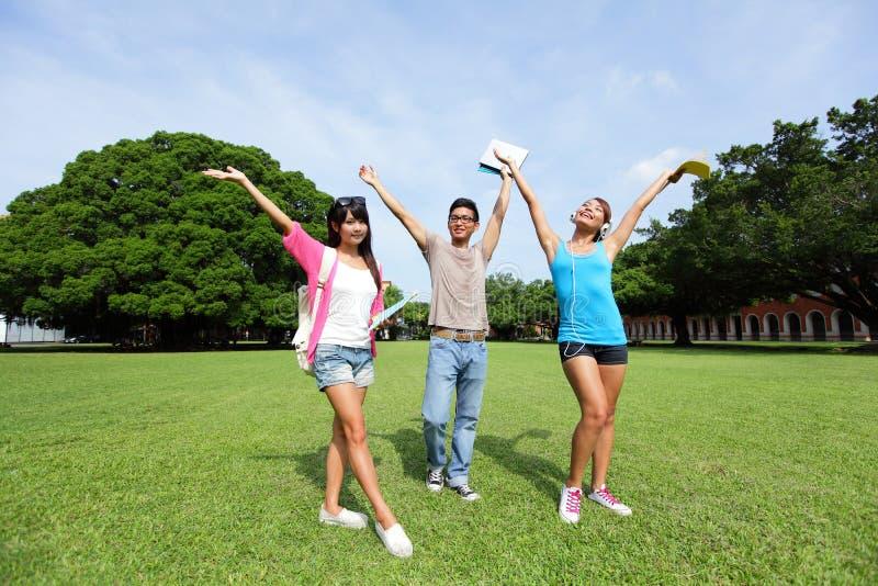 Studenti di college felici spensierati fotografia stock libera da diritti